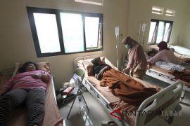 Puluhan warga keracunan mendapat perawatan medis
