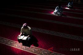 Umat Muslim perbanyak Ibadah di Masjid Raya