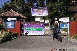 Karyawan segel Hotel Surya Indah Gadog Pacet
