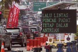 Pengendara kendaraan ke jalur Puncak-Cianjur diarahkan ke jalan alternatif