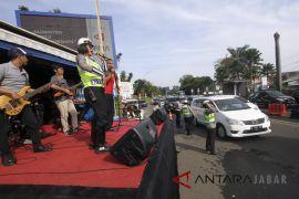 Polisi hibur pengguna jalan di jalur wisata puncak