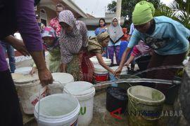 Pembagian air bersih gratis