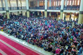 Ribuan warga antre daging kurban di Masjid Raya Bandung