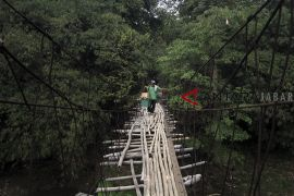 Jembatan gantung rusak