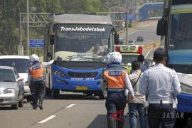 Pengecekan bus pariwisata