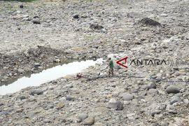 Sungai Cipamingkis mengering
