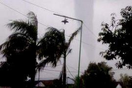 Angin puting beliung terjang daerah perkotaan Garut