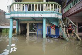 Jenazah diangkut menggunakan rakit karena banjir Baleendah