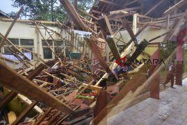 Ruang sekolah ambruk