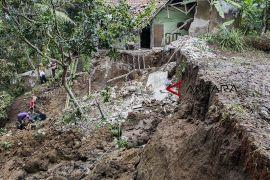Tanah longsor di Sukabumi