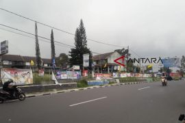 Pedagang Jalan Raya Cianjur-Puncak  berharap dapat gunakan lahan Pemprov