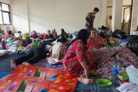 Warga bertahan di pengungsian meski banjir di Kabupaten Bandung surut