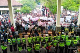 Ribuan petani KJA Cirata berunjuk rasa di DPRD Cianjur