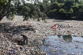 Pengerukan sampah di oxbow Cicukang
