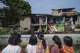 Rumah ambruk diterjang banjir