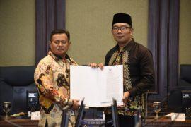 Ridwan Kamil serahkan formulir penunjukan Plt Bupati Cianjur dan Indamayu