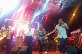 Maliq & d'Essentials nyanyikan 7 lagu hits, Menlu Retno ikut goyang