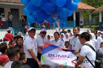 Menteri Rini mengecat tembok SD di Bandung Barat