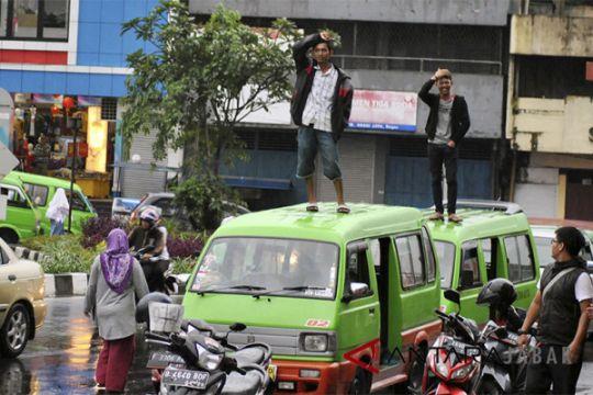 Supir Angkot Dihukum Polisi