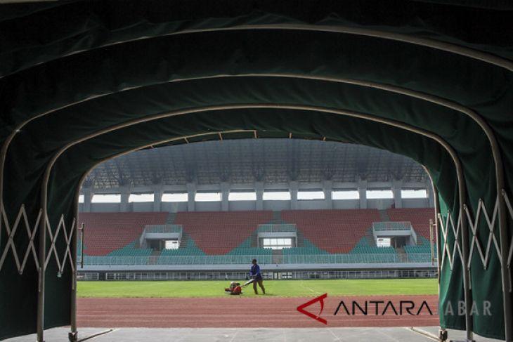 Perawatan Lapangan Stadion Pakansari