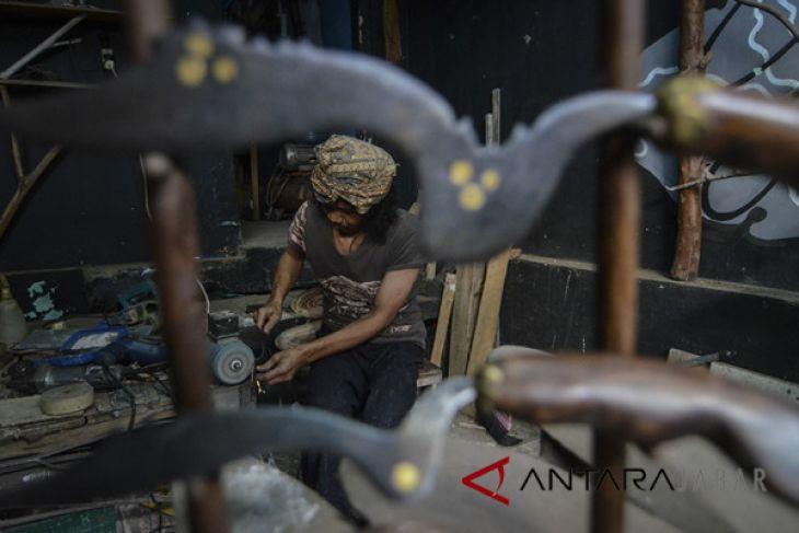 Perajin senjata tradisional Kujang