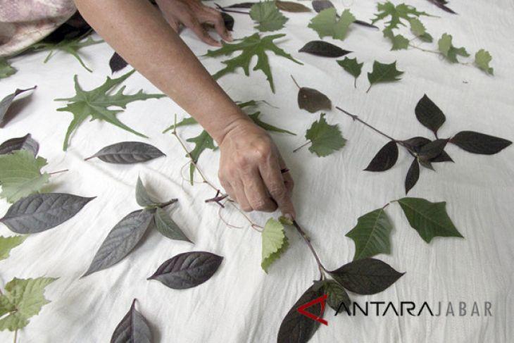 Produksi batik cetak daun