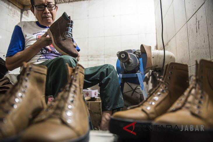 Produksi sepatu kulit sneaker Exodos 57