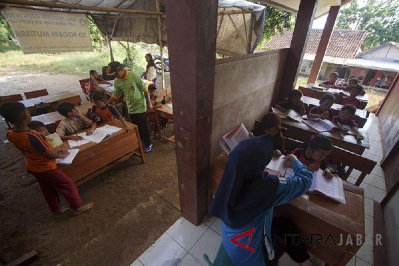 Kelas rusak siswa di Cianjur belajar di ruang terbuka