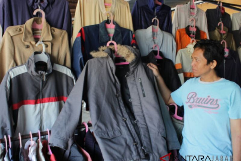Cuaca dingin penjualan jaket bekas di Bandung meningkat