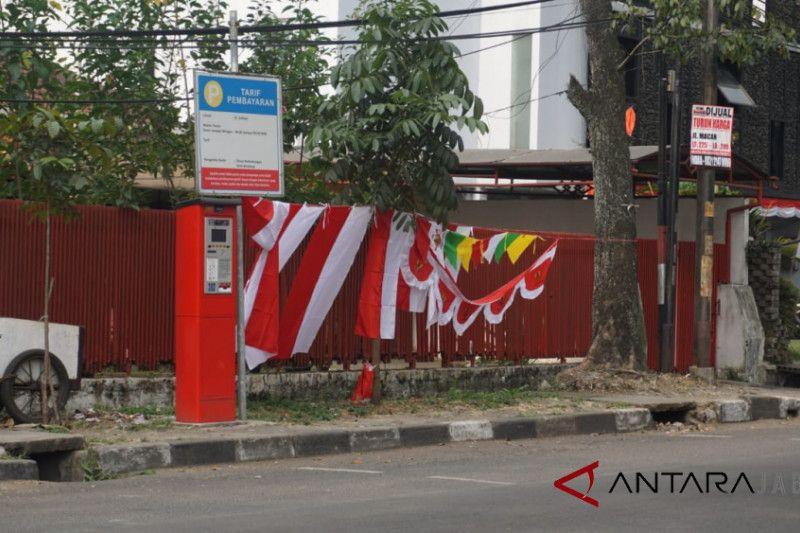 Pedagang bendera di Bandung berjualan di trotoar