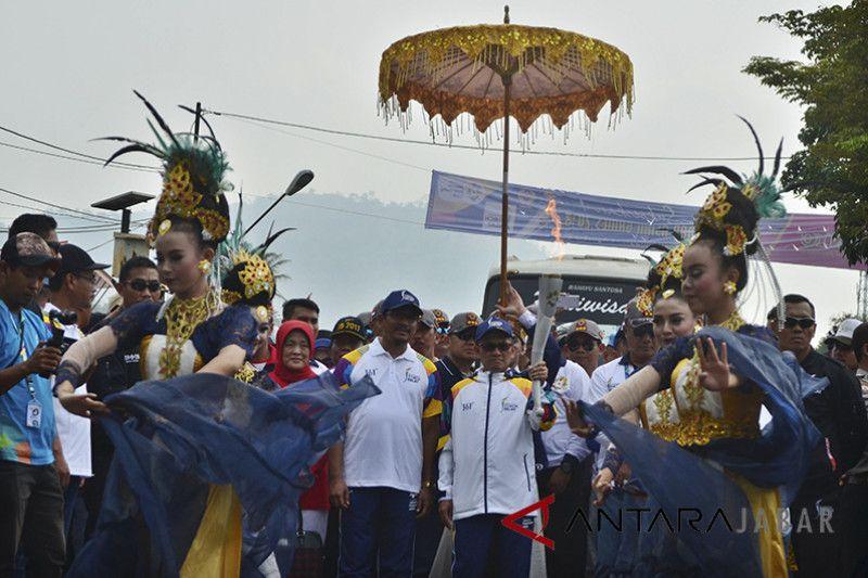 Asian games - Warga Garut sambut kirab obor Asian Games