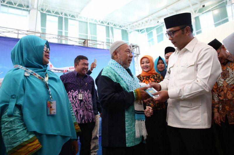Ridwan Kamil lepas jemaah umrah perdana dari Bandara Kertajati