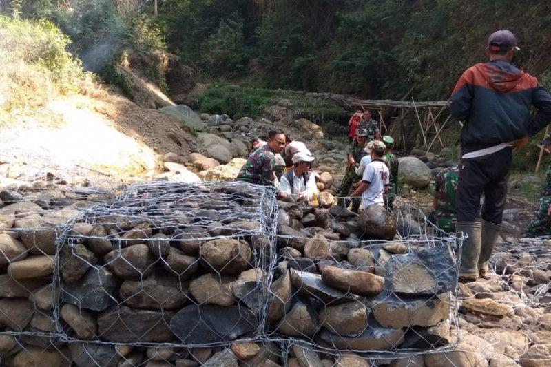TNI Garut perbaiki bendungan Sungai Nagrak untuk menormalkan air