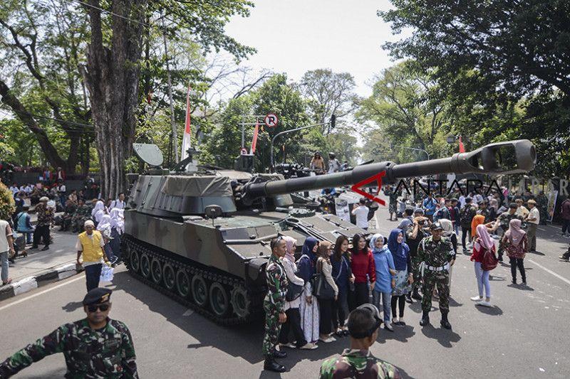 Pameran alutsista HUT TNI digelar di Gedung Sate