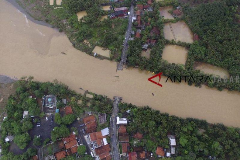 Pemasangan jembatan darurat sungai Ciandum terhambat hujan