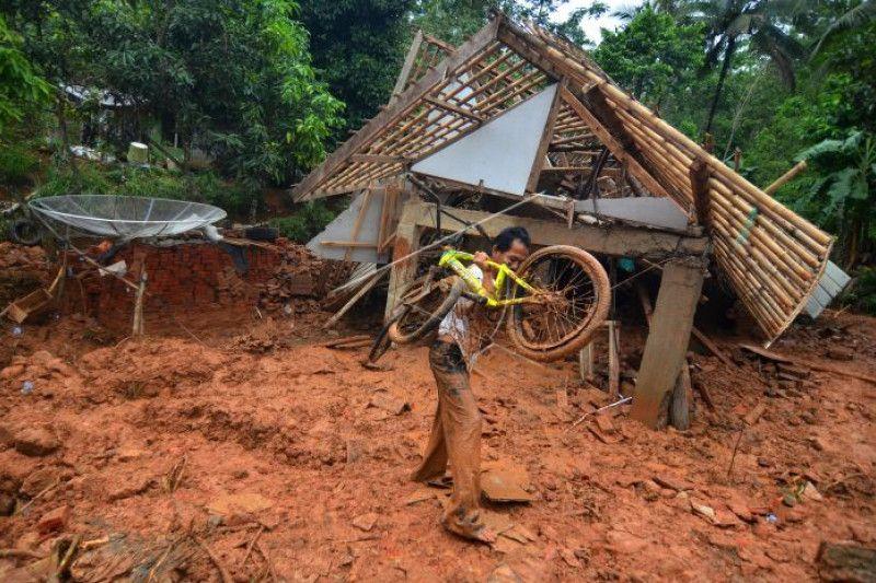 Petugas gabungan buka jalur terisolasi di Tasikmalaya