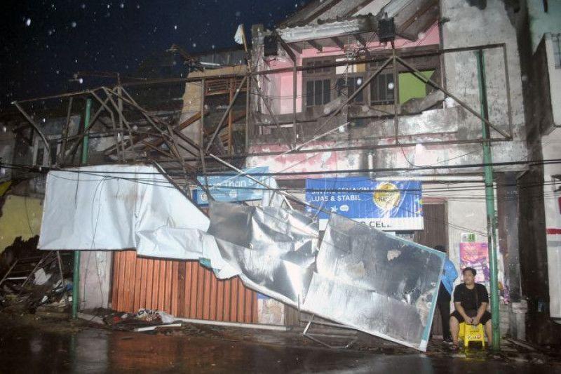 Angin kencang landa Bogor, sejumlah pohon patah dan bangunan rusak