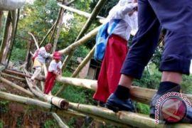 Murid sekolah di China lewati titian papan