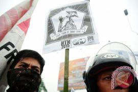 Pemerintah harus lindungi buruh lokal
