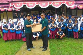 PLN Salurkan Bantuan Pendidikan Di Desa Lemukutan