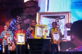 Bupati Kubu Raya Raih Penghargaan Seven Media