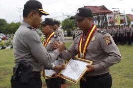 Kapolres Singkawang beri penghargaan kepada personel berprestasi