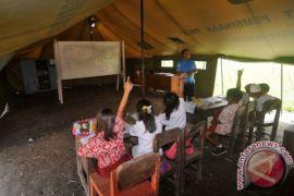 Siswa SD Sambas belajar di tenda