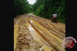 Warga perbatasan puring kencana menunggu pembangunan infrastruktur