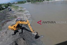Pemkot Pontianak keruk Sungai Malaya atasi banjir