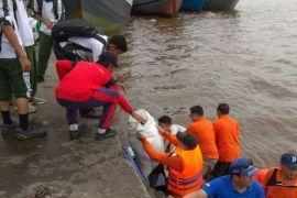 Bersih-bersih sampah di Sungai Kapuas