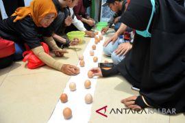 Wow telur ayam bisa ditegakkan di fenomena kulminasi matahari di Tugu Khatulitiwa Pontianak