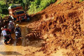 Jalan Trans Sulawesi longsor