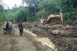 Anggota TMMD Noyan normalisasi drainase cegah banjir