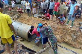 Warga bantu pasang gorong-gorong sukseskan TMMD di Noyan